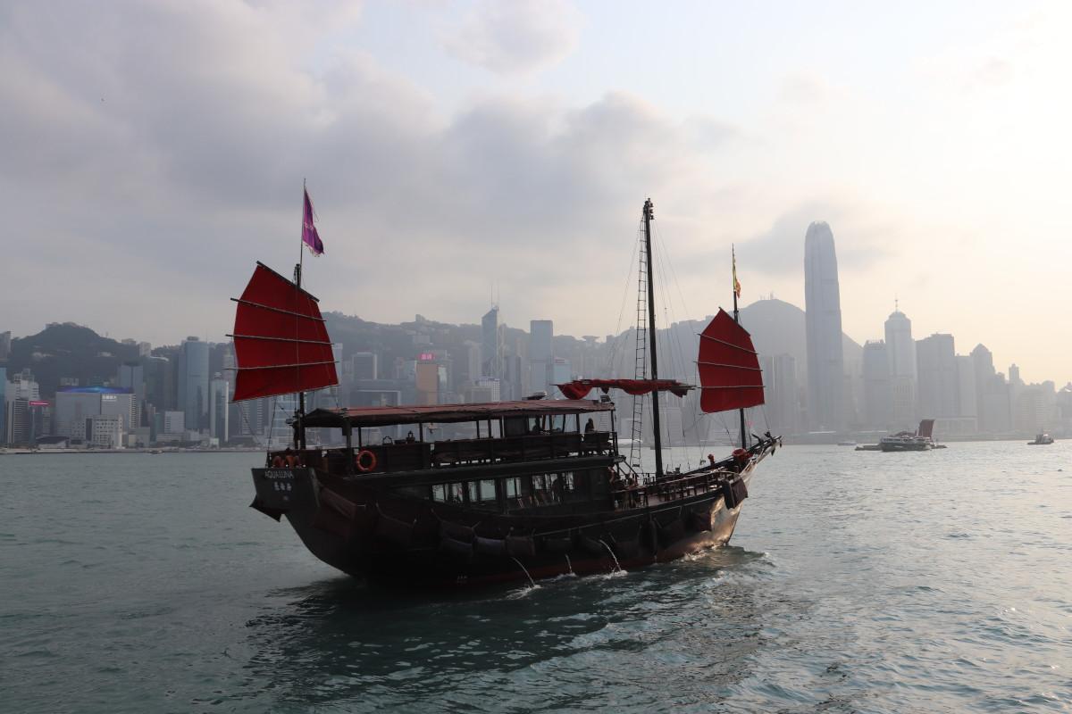 Kinesisk junke med Hongkong i baggrunden